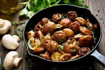 жареные грибы с луком и чесноком