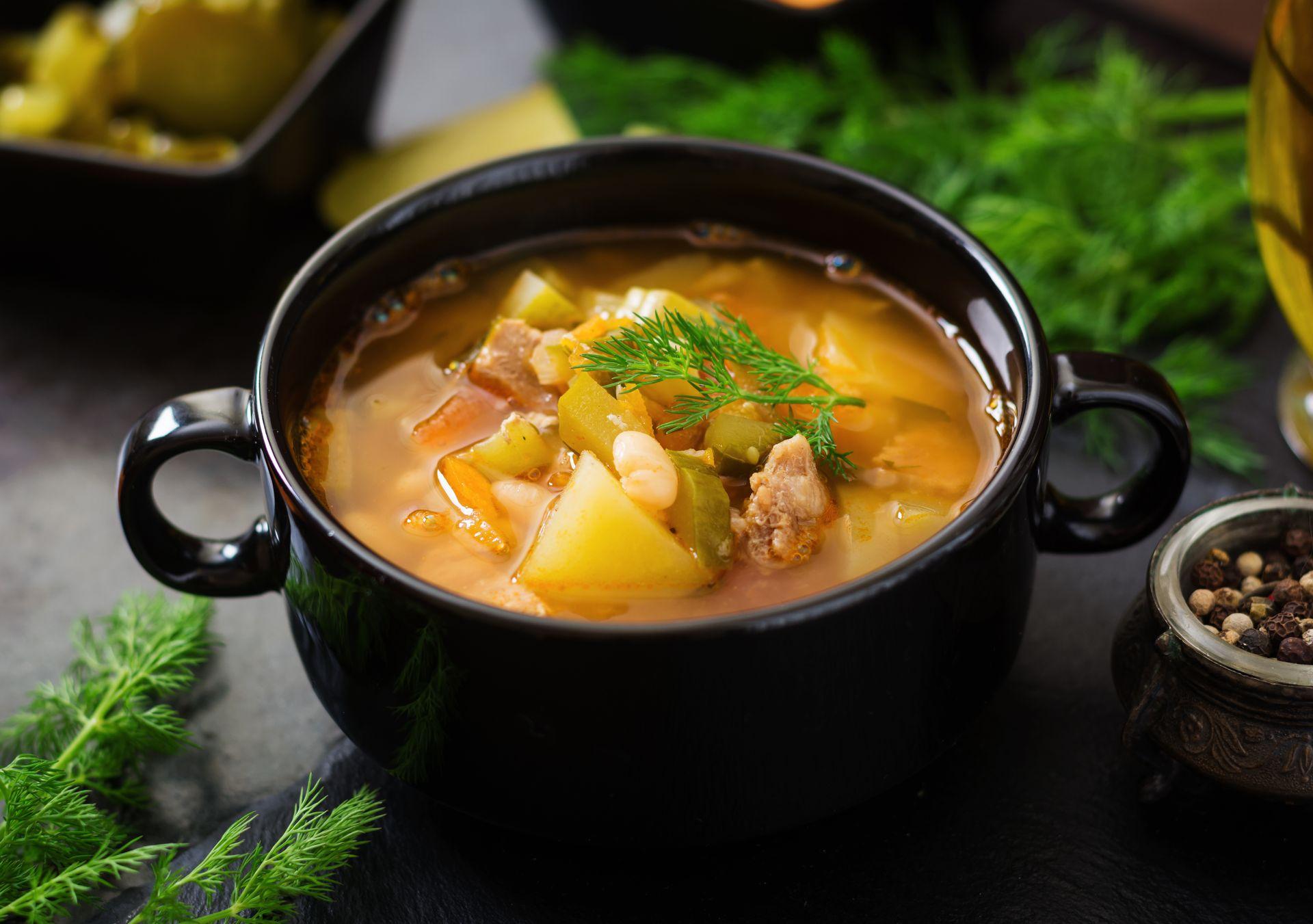 суп с маринованными огурцами и фасолью
